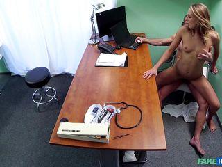 Смотреть порно на приеме у доктора